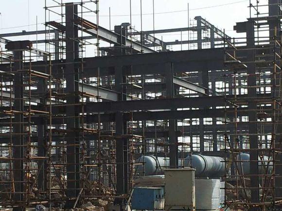 钢结构是固定在钢砼基座(基础,柱顶,牛腿等)上的.